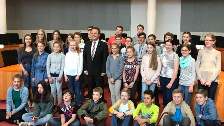 Gruppenbild mit Dr. Hans-Peter Friedrich beim Zukunftstag 2018 im Deutschen Bundestag