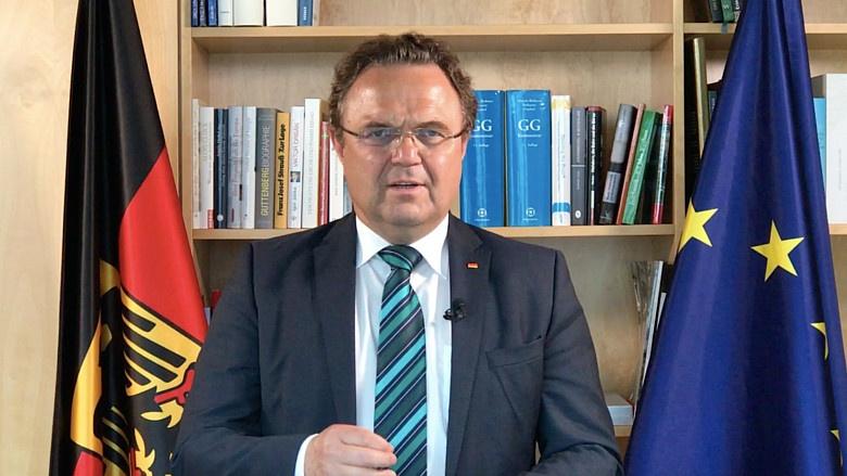Hans-Peter Friedrich beantwortet Fragen zur deutschen EU-Ratspräsidentschaft
