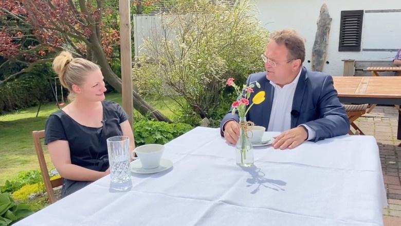 Dr. Hans-Peter Friedrich im Gespräch mit Kochmeisterin Nina Beck, Rückkehrerin
