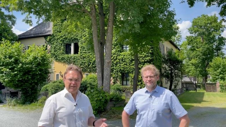 Dr. Hans-Peter Friedrich im Gespräch mit Stefan Braitmaier, dem Eigentümer von Camping Schloss Issigau