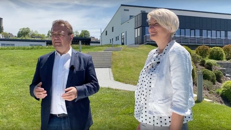 """Dr. Hans-Peter Friedrich im Gespräch mit Susanne Lang, Geschäftsführerin der """"Wirtschaftsregion Hochfranken"""""""