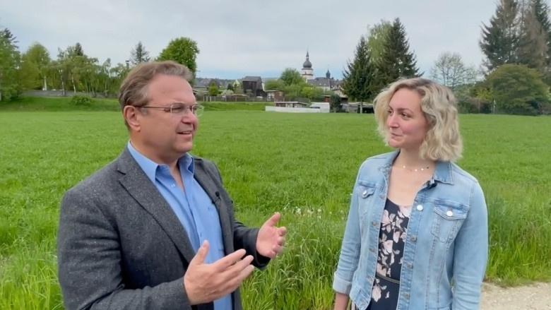 Dr. Hans-Peter Friedrich im Gespräch mit Sabrina Kästner, Bürgermeisterin von Marktleuthen