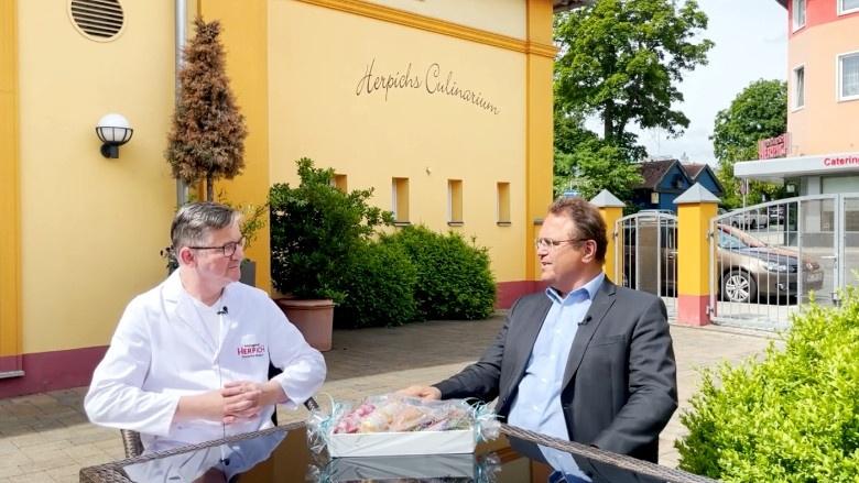Dr. Hans-Peter Friedrich im Gespräch mit Christian Herpich, ehemaliger Kreishandwerksmeister von Hochfranken undjetziger Vizepräsident der Handwerkskammer Oberfranken.
