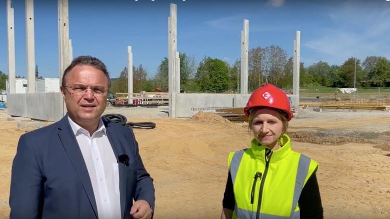 Dr. Hans-Peter Friedrich im Gespräch mit Veronika Sirch, Chefin der Karl Roth Baumeister GmbH & Co. KG