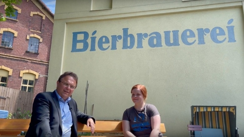 Dr. Hans-Peter Friedrich im Gespräch mit Monika Meinel-Hansen, eine der Geschäftsführerinnen der Meinel-Bräu