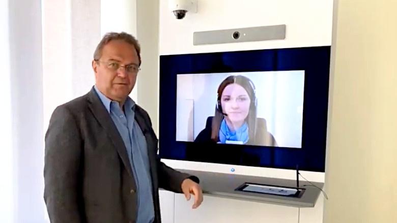 Dr. Hans-Peter Friedrich im Gespräch mit Frau Annemarie Franz von der Raiffeisenbank in Leupoldsgrün