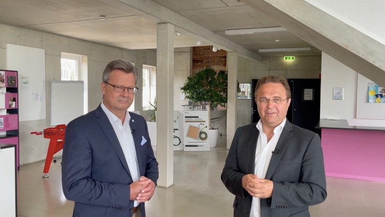 Dr. Hans-Peter Friedrich im Gespräch mit Jürgen Werner, Mitglied der Geschäftsleitung der Rehau AG & CO