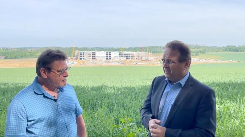 Dr. Hans-Peter Friedrich im Gespäch mit Stefan Müller, Bürgermeister in Gattendorf