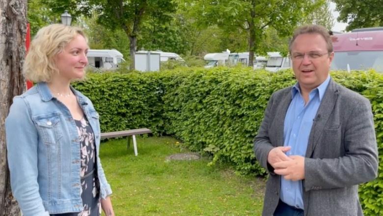 Dr. Hans-Peter Friedrich im Gespräch mit Sabrina Kaestner, Bürgermeisterin von Markleuthen