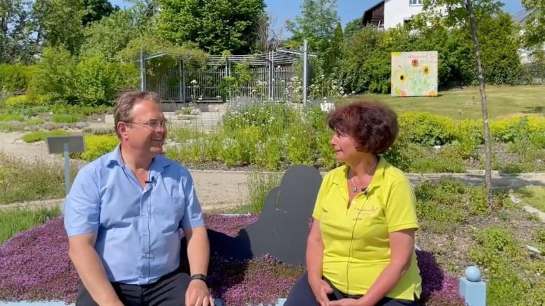 Dr. Hans-Peter Friedrich im Gespräch mit Erika Bauer, Seele und Motor des Kräuterdorfes Nagel