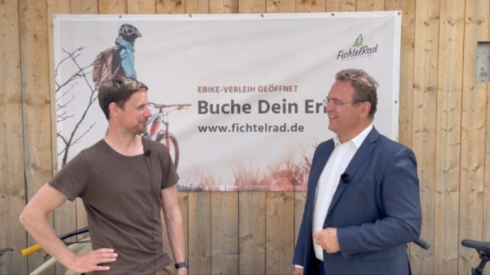 Dr. Hans-Peter Friedrich im Gespräch mit Frank Süß, dem Eigentümer von Fichtelrad