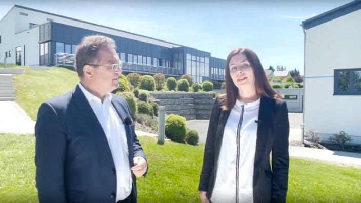 """Dr. Hans-Peter Friedrich im Gespräch mit Linda Wunderlich, Projektmanagerin """"Wirtschaftsregion Hochfranken"""""""