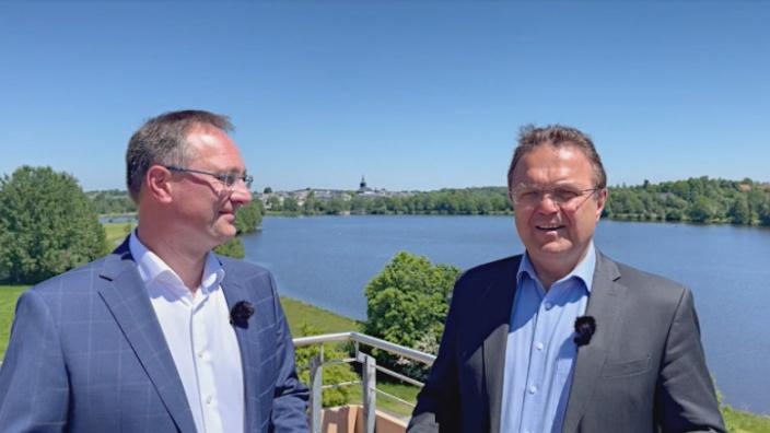 """Dr. Hans-Peter Friedrich im Gespräch mit dem """"Erfinder"""" der Kur-Szene in Weißenstadt, Stephan Gesell"""