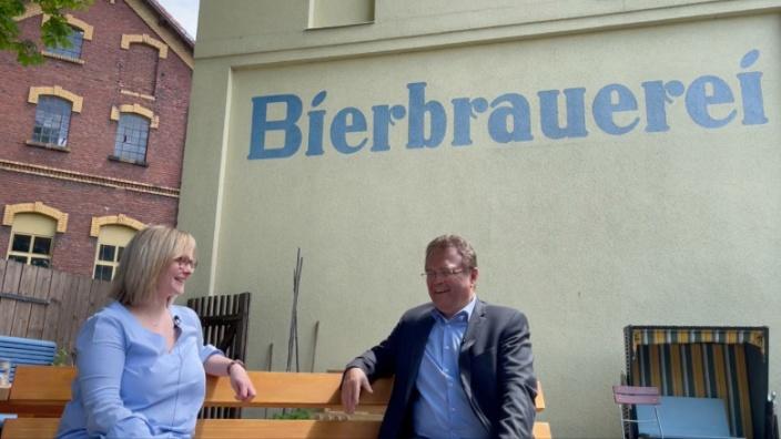 Dr. Hans-Peter Friedrich im Gespräch mit Gisi Meinel-Hansen, Braumeisterinn und Miteigentümerin von Meinel Bräu
