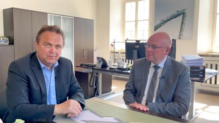 Dr. Hans-Peter Friedrich im Gespäch mit Oliver Weigel, Oberbürgermeister von Marktredwitz