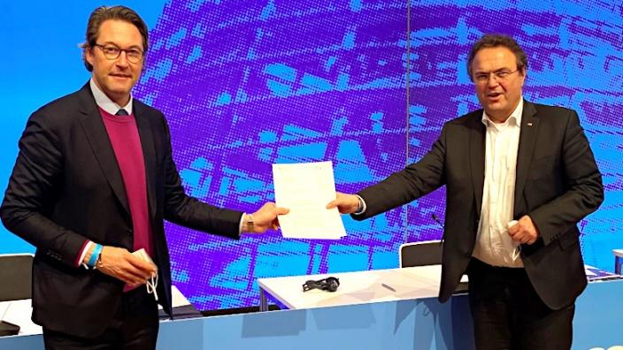 Bundesverkehrsminister Andreas Scheuer die Zustimmung des Bundes zur Ausbauplanung der neuen Anschlussstelle überreicht.