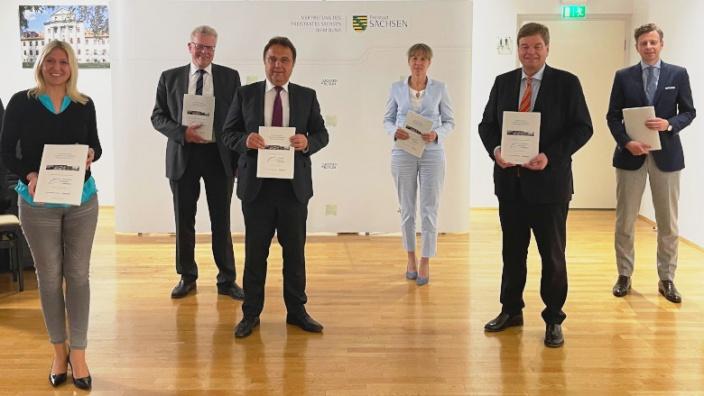 Übergabe eines Gutachtens an Enak Ferlemann MdB durch Dr. Hans-Peter Friedrich und weiterer Bundestagsabgeordnete aus Ober- und Mittelfranken