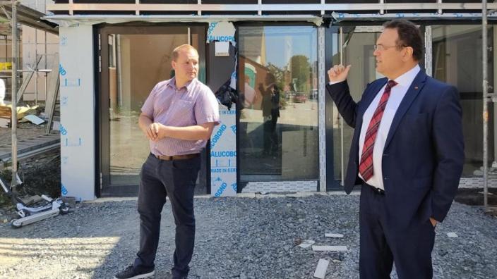 Dr. Hans-Peter Friedrich und Sven Dietrich, 1. Bürgermeister von Trogen, vor dem Bürgerhaus