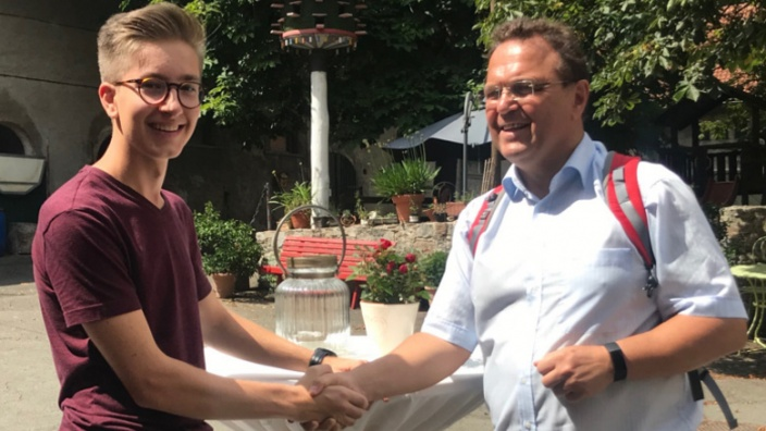 Nino Wühr aus Rehau, Gewinner des PPP-Stipendiums und Dr. Hans-Peter Friedrich