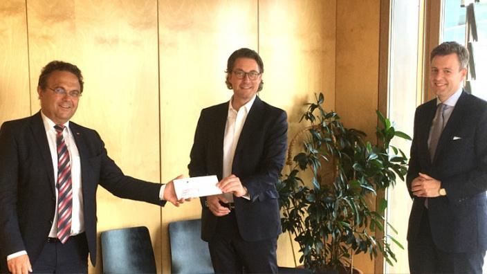 Dr. Hans-Peter Friedrich, MdB, (links) übergibt das Schreiben gemeinsam mit Landrat Dr. Oliver Bär (rechts) an Bundesverkehrsminister Andreas Scheuer.