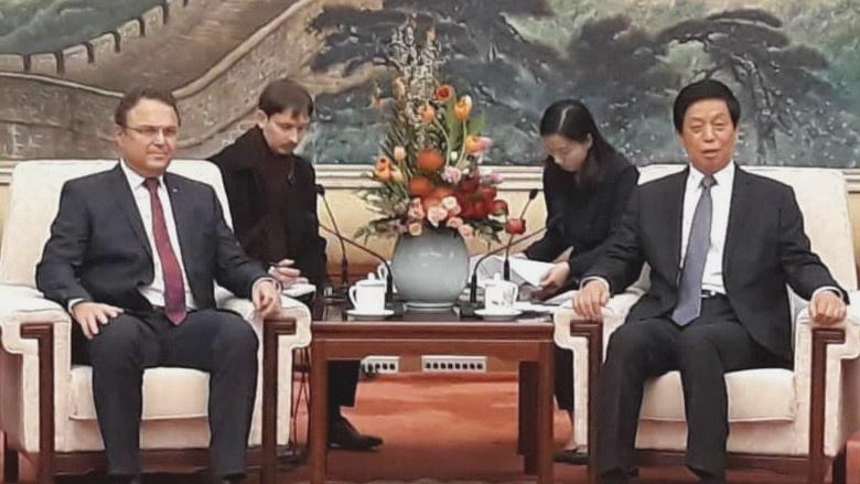 Gespräch mit dem Vorsitzenden des Nationalen Volkskongresses der Volksrepublik China Li Zhanshu in der Großen Halle des Volkes in Peking.